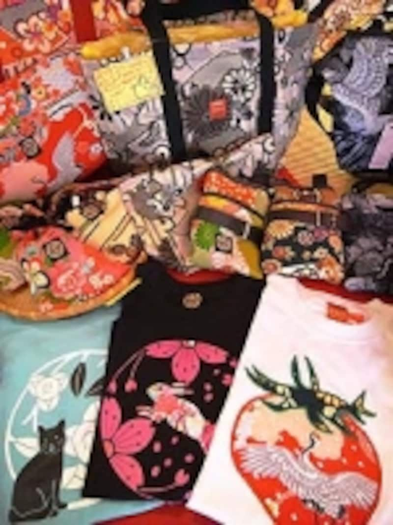 もみじやのオリジナルグッズ。Tシャツ4179円~。他、巾着、バッグ、日傘などアイテムも多彩