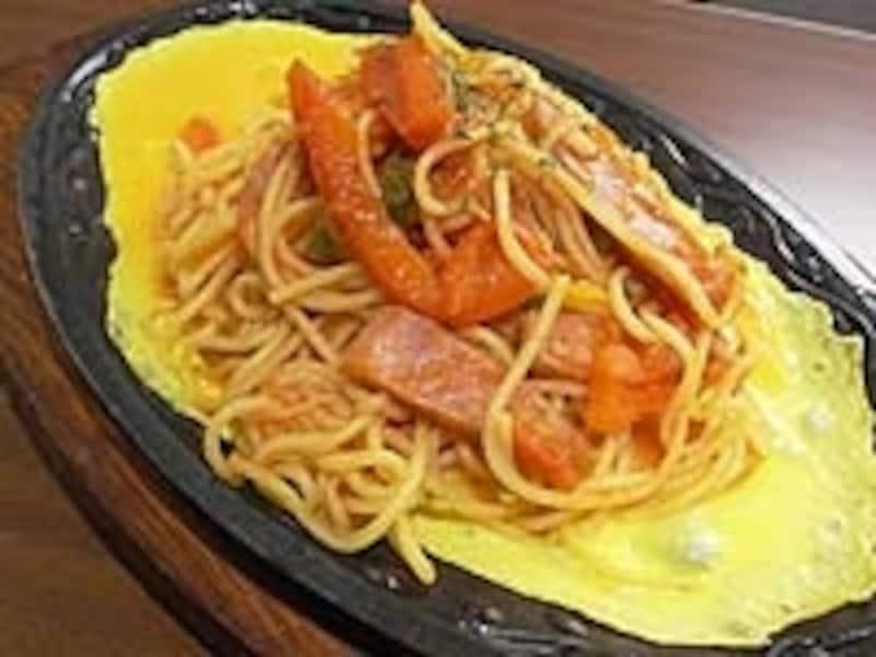 「鉄板のナポリタン」850円。ランチタイムは880円で惣菜、スープ、ドリンクが付く