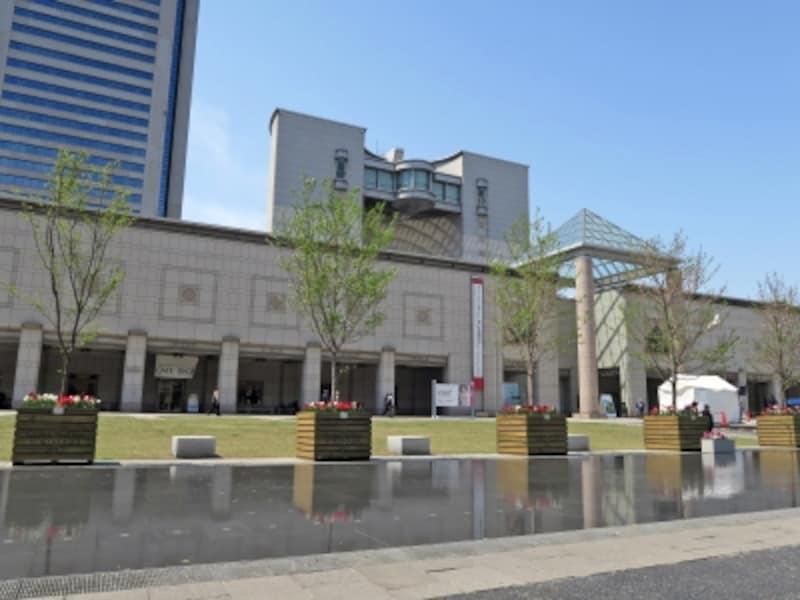 石造りのシンメトリーな外観が特徴的な横浜美術館の建物は、日本を代表する建築家、故・丹下健三により設計されました(2017年4月15日撮影)