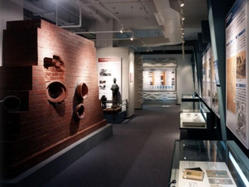館内の様子。煉瓦造下水道マンホールの模型や震災復興都市計画案の図などが展示されています(画像提供:横浜都市発展記念館)