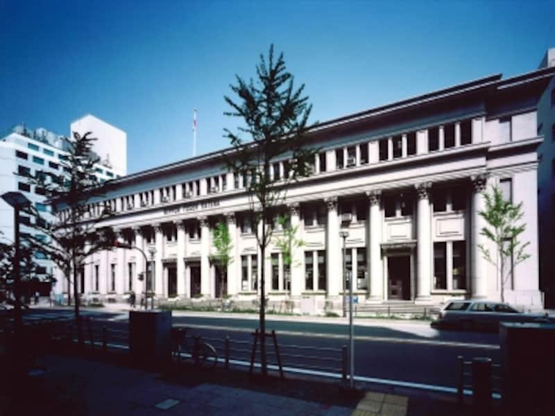 日本郵船歴史博物館は、2003年に横浜郵船ビルを竣工当時(1936年)の姿にリフォームした際、併設されました。ギリシャ神殿を思わせる16本の柱が美しく並びます(画像提供:日本郵船歴史博物館)