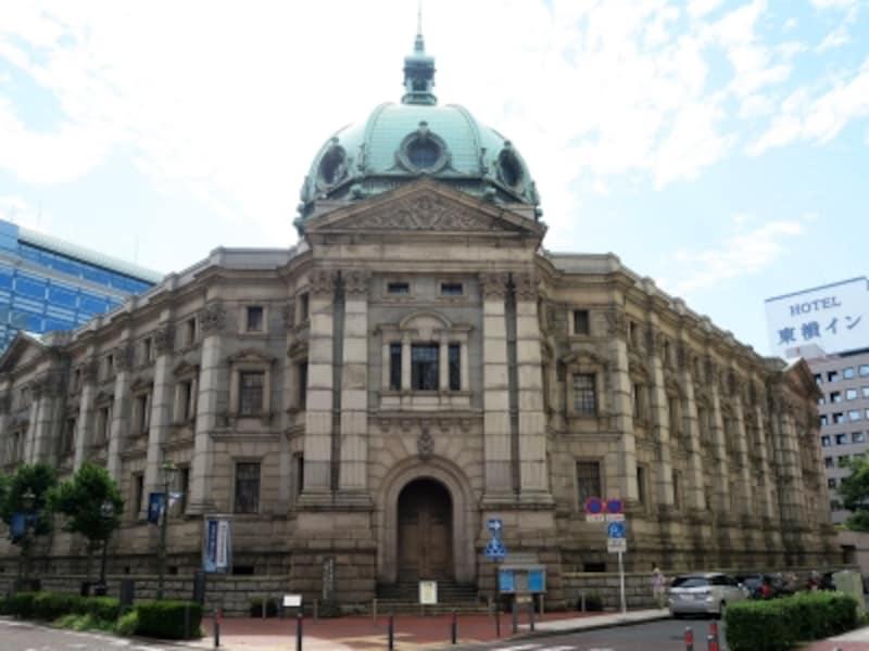 神奈川県立歴史博物館は、1904(明治37)年に横浜正金銀行本店として建てられ、国の重要文化財・史跡に指定されている歴史的建造物を活用。美しいドーム屋根は関東大震災で焼失しましたが、1967年に復元されました(2016年8月17日撮影)