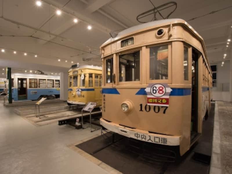 7両の市電車両、停留所標識、敷石が当時の姿で保存されています(画像提供:横浜市電保存館)