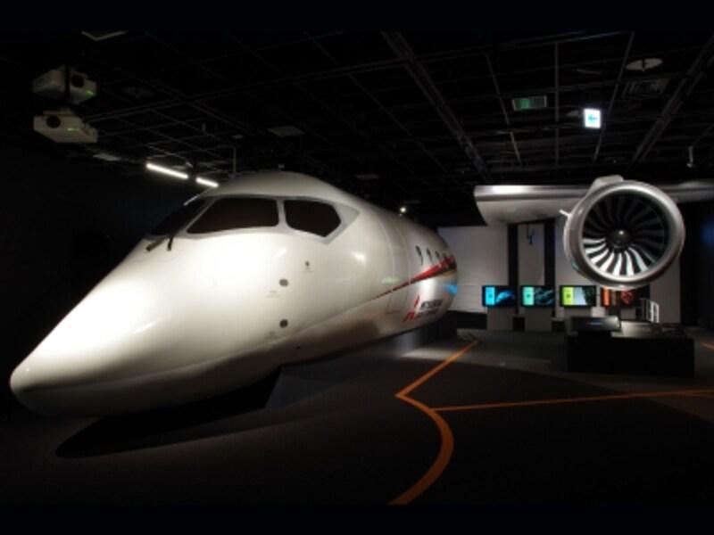 国産ジェット旅客機MRJの操縦体験や本物のロケットエンジンなど、触ったり動かしたりできる展示が並びます(画像提供:三菱みなとみらい技術館)