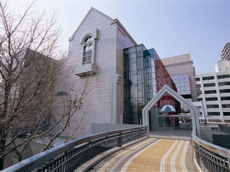 山下公園と横浜人形の家を結ぶ歩道橋「ポーリン橋」から眺めた外観(画像提供:横浜人形の家)