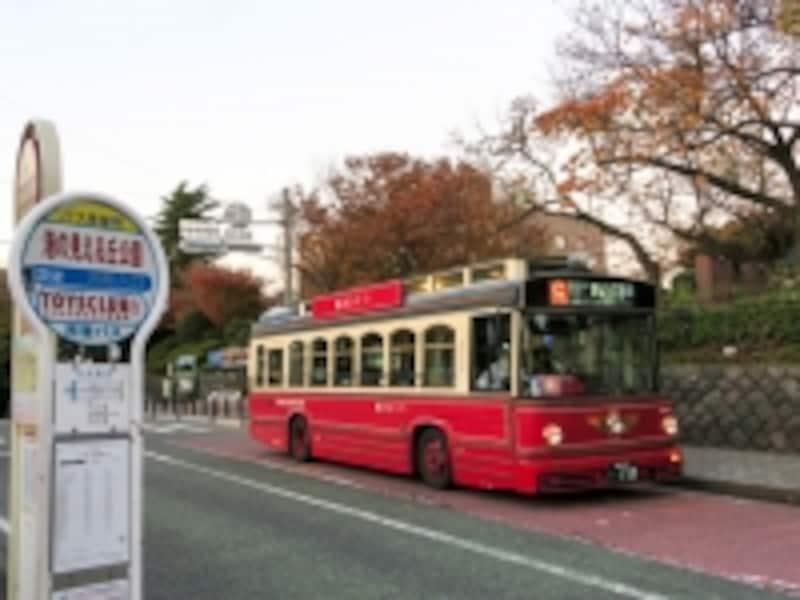 横浜赤レンガ倉庫から山手西洋館へのアクセスは「あかいくつ」バスが便利(2014年12月5日撮影)