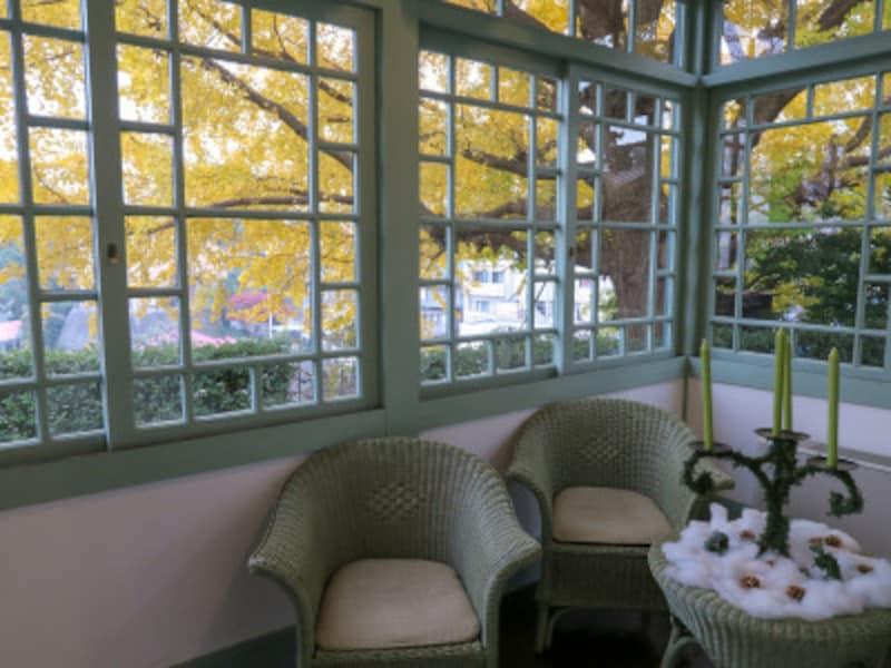 光あふれるサンルームの窓は引き戸式。和洋折衷スタイルです(2015年12月10日撮影)