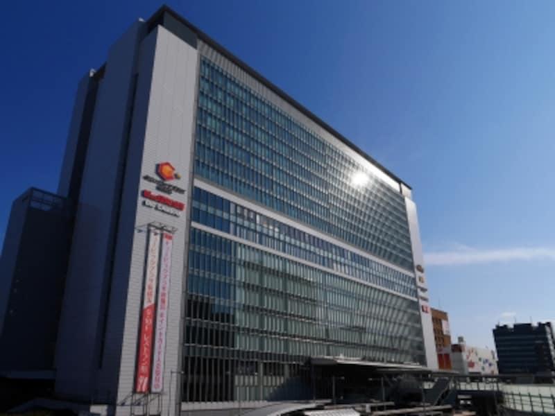 新横浜駅北口から見た駅ビル「キュービックプラザ新横浜」(2017年9月10日撮影)