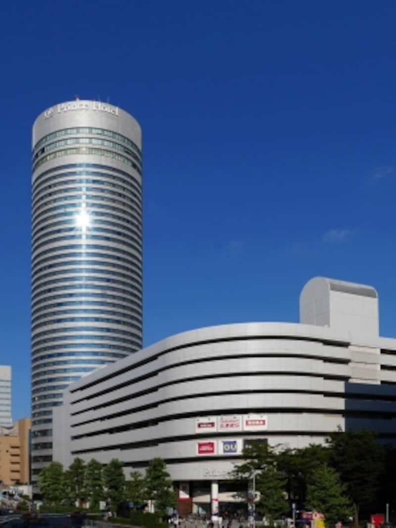 円柱形の建物が目印の「新横浜プリンスペペ」。新横浜プリンスホテルを併設(2017年9月10日撮影)