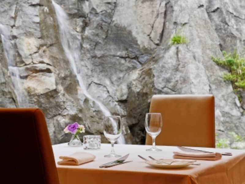 2階フランス料理ラントラクトでは、本物の滝を眺めながら、笹尾十三夫シェフの料理を堪能(画像提供:新横浜ラントラクト)