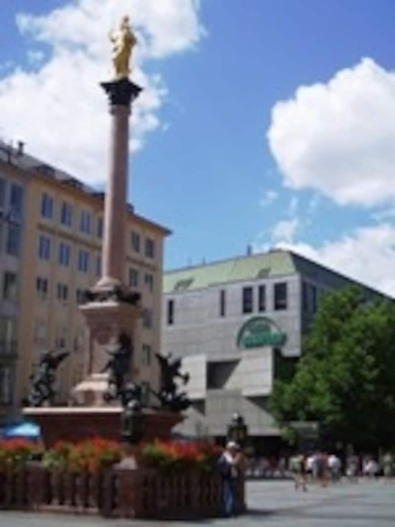 マリエン広場に面しているカウフホフ