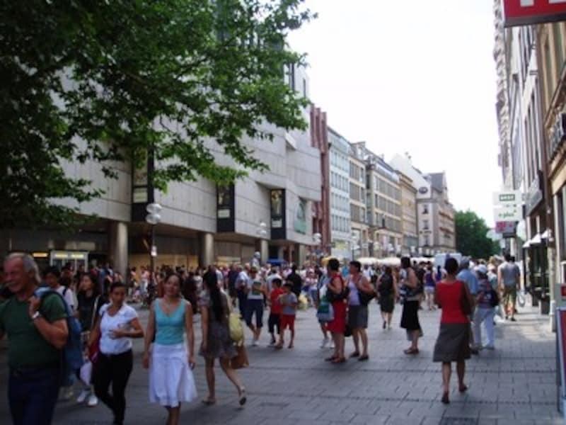 ミュンヘン旧市街のカジュアルなショッピングストリート、カウフィンガー通り