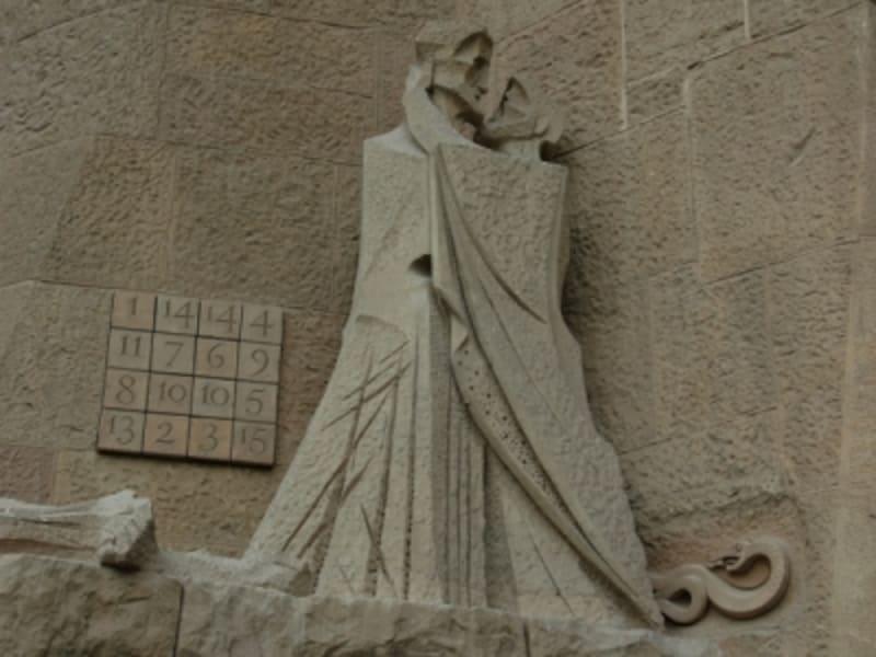 受難の門にあるジュセップ・マリア・スビラックの彫刻。1987年からサグラダファミリア建築に携わる