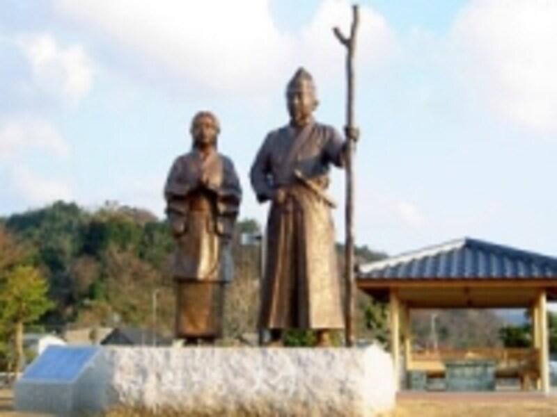 富士に向かって立つ頼朝と政子の像