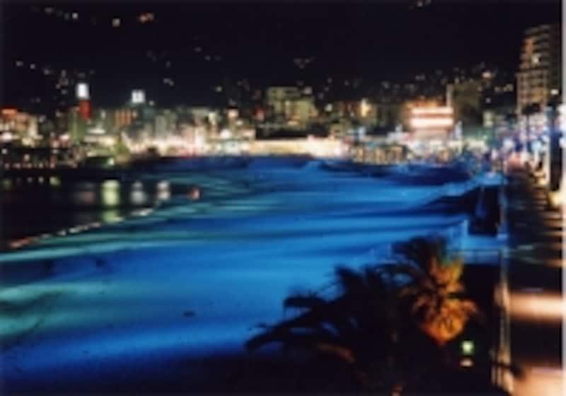 夜間はライトアップされ、また違った雰囲気に(熱海サンビーチ)