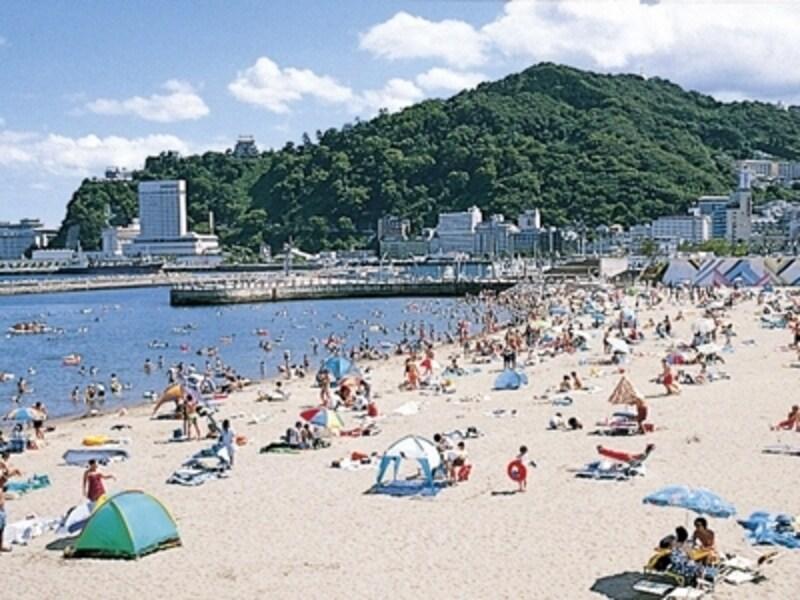 夏は海水浴客でにぎわう「熱海サンビーチ」