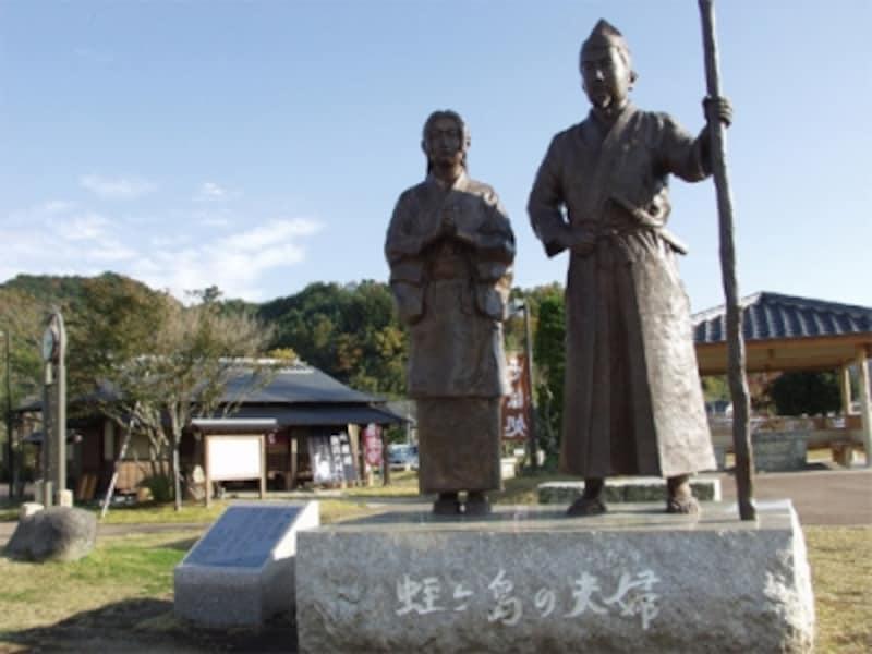 富士を望んで立つ頼朝と政子の像