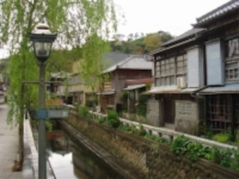 風情ある街並みに個性的な店も数多い「ペリーロード」(下田)