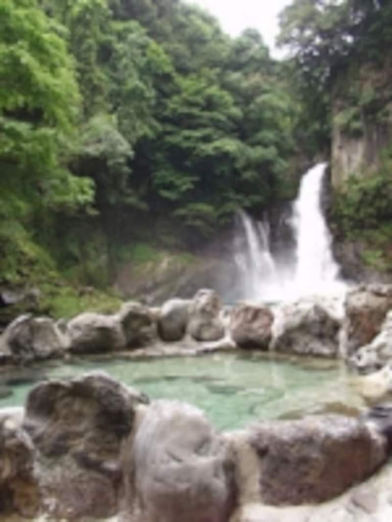 野趣あふれる滝見の露天風呂(大滝温泉天城荘)