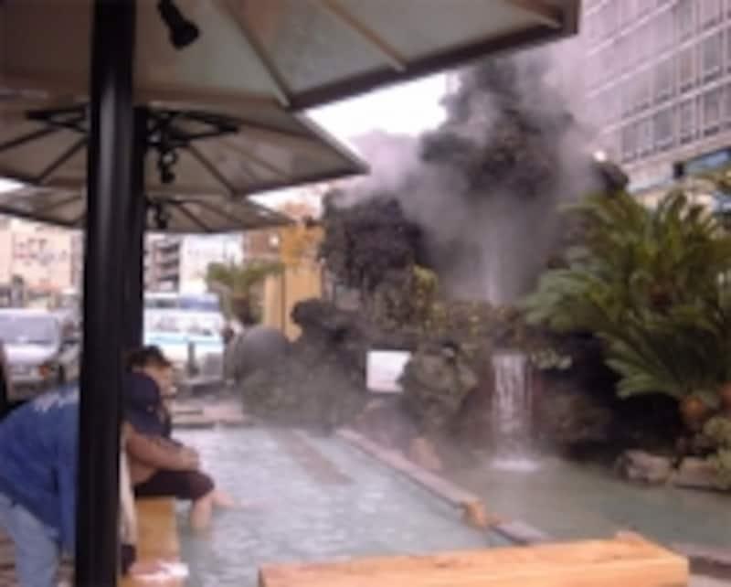 熱海駅前にある無料の足湯「家康の湯」