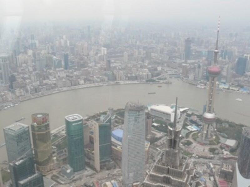 世界で一番高いところから上海を見下ろした様子。すべてがおもちゃのように映っています……