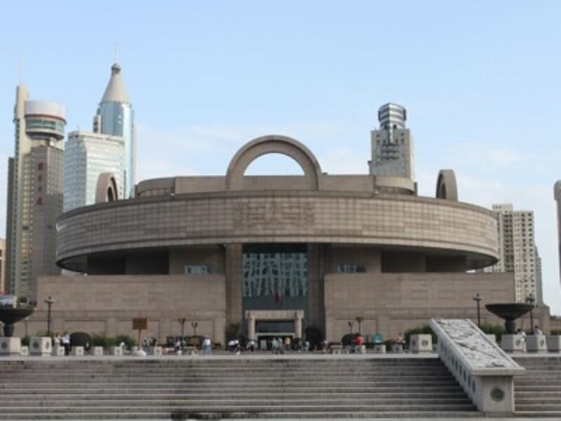 上海のシンボルともいえる博物館は市の中心地部に鎮座しています