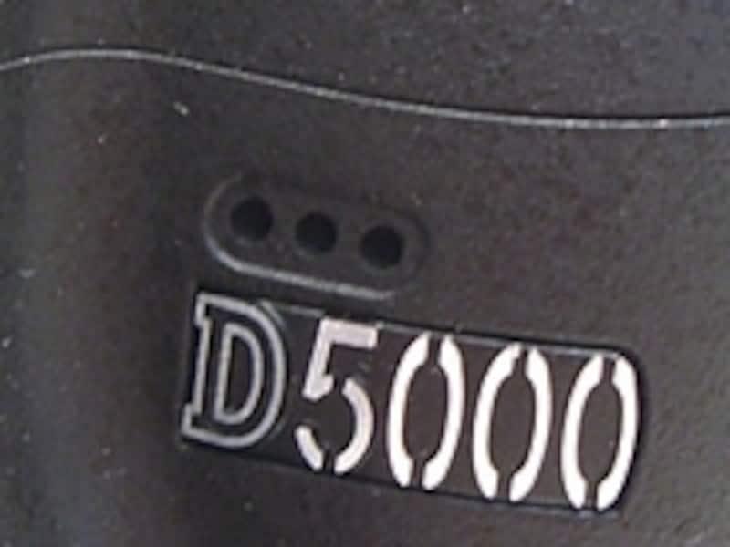 D5000のマイクは左肩のロゴの上