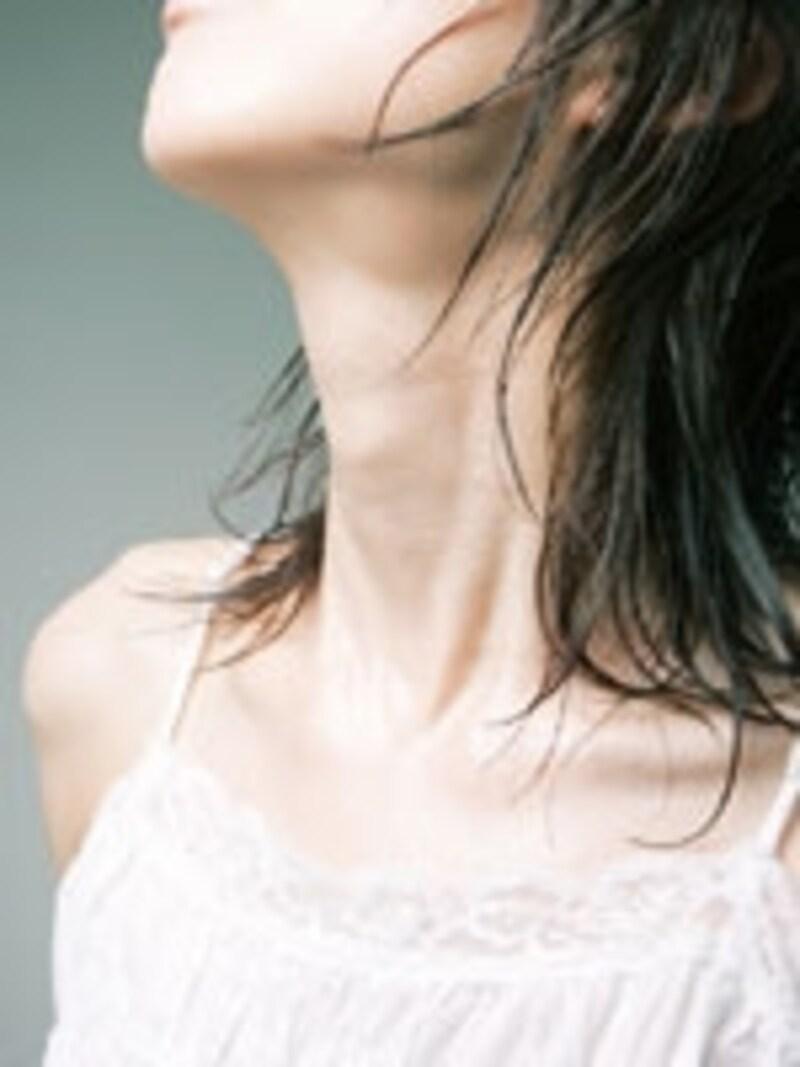 透明感のある白肌は女性を神秘的に見せてくれる!