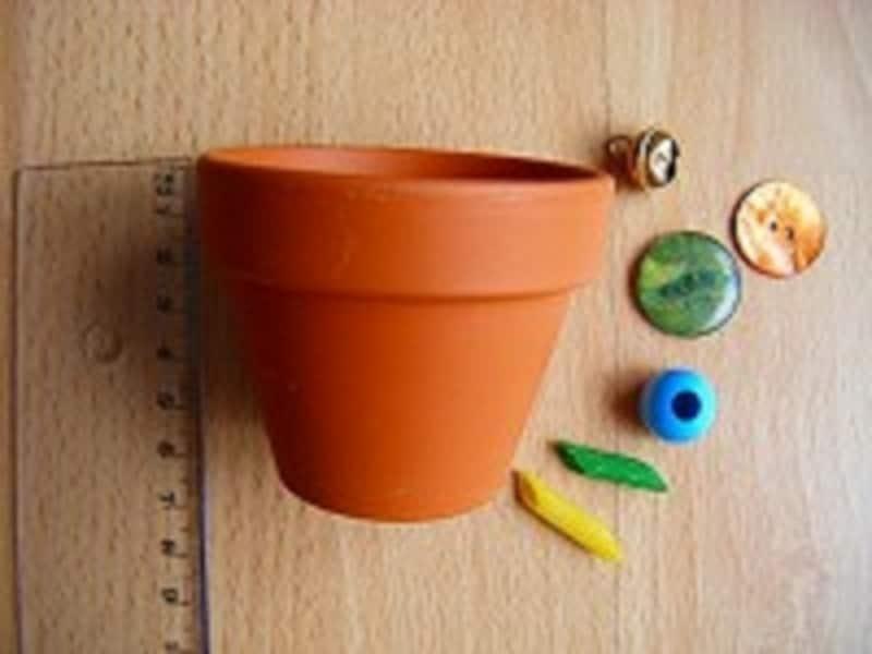 植木鉢を使って手作りする風鈴おもちゃ。音を鳴らすために、ボタンやループエンド、パスタなどを使用。どんな音色がするかな?