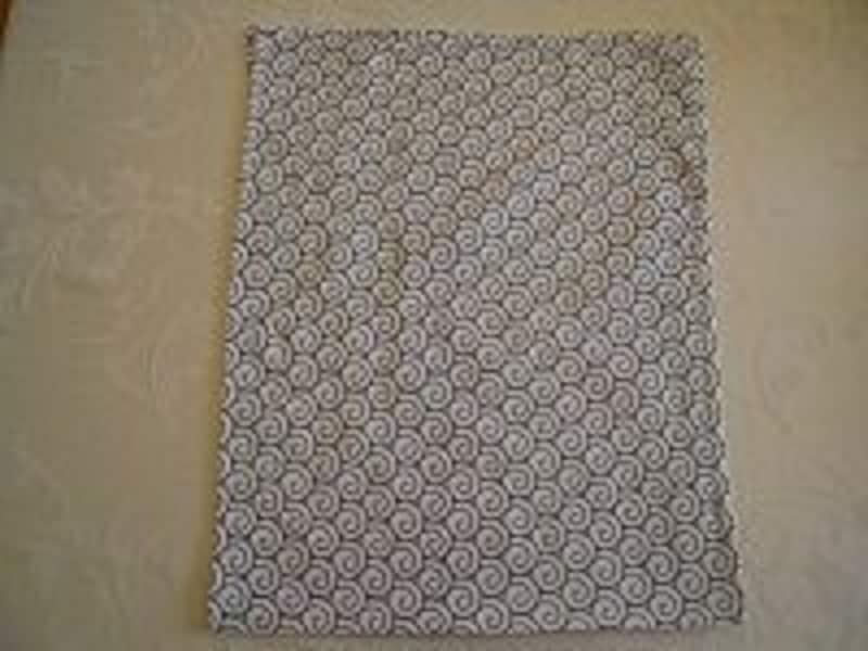 手順1画像の底の線を中心に、手ぬぐいを長さ方向に半分に、表が外を向くように折る