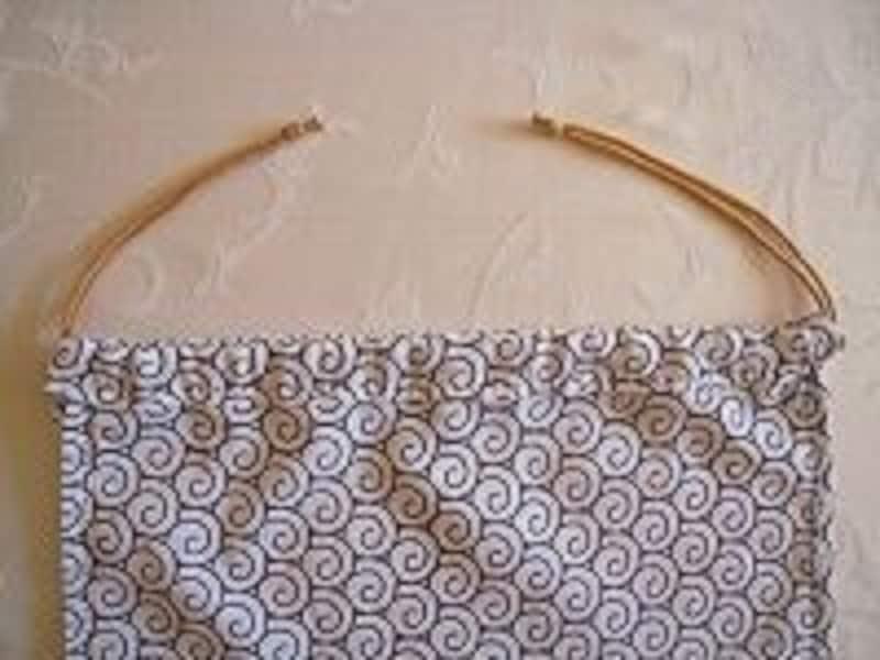 手ぬぐい巾着袋の作り方手順9:手ぬぐい巾着の反対側のひも通し口からも同様にひもを通し、端を結ぶ