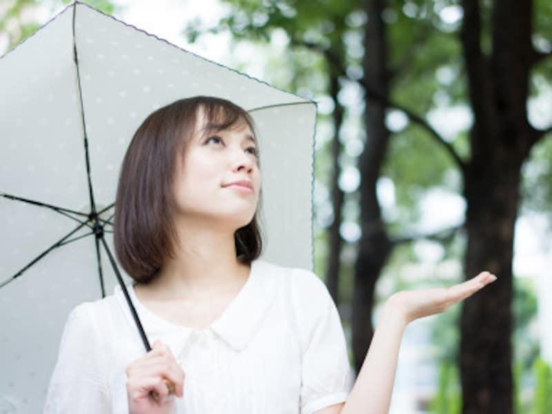 雨が降ると髪の毛が広がったり、うねったりするのはなぜ?