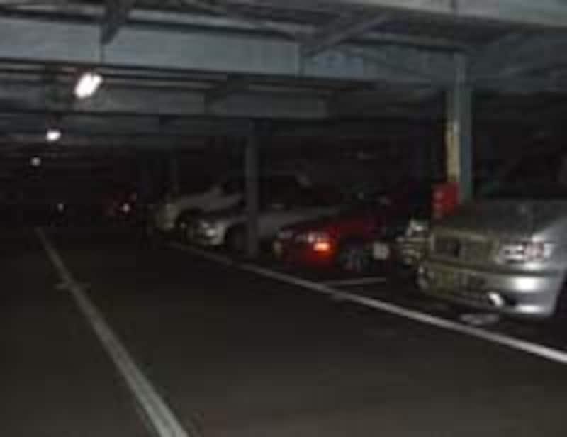 かなり暗い駐車場