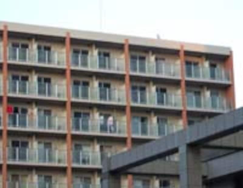最上階右端が容疑者の部屋。右から3つめが被害者の部屋