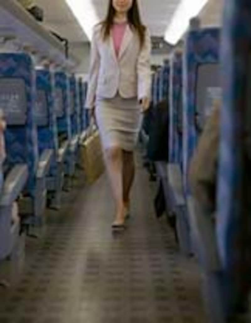 空いた電車内の女性