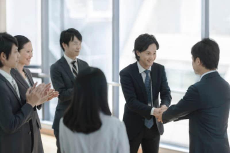 職場の同僚や友人同士など仲間内でも、お互いにほめあうのが中国流なのです。