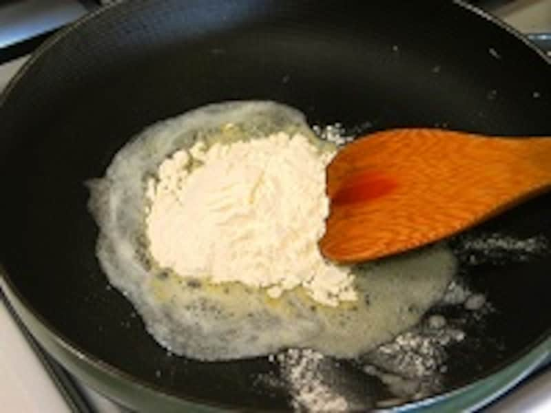 小麦粉を炒める