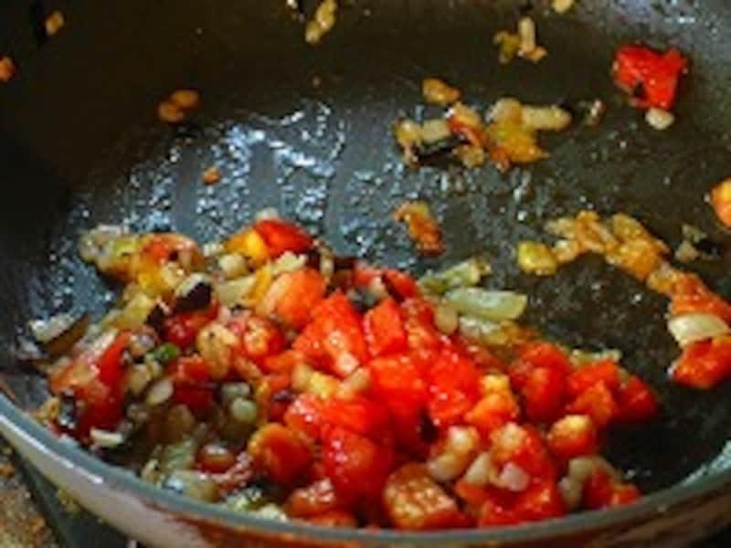 トマトを加える