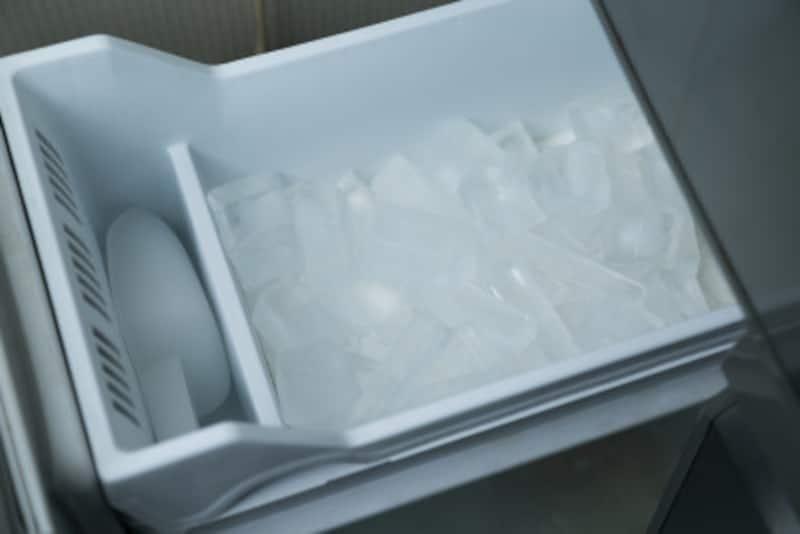 冷たい飲み物がいつでも飲める自動製氷機は、今や冷蔵庫に標準装備されています