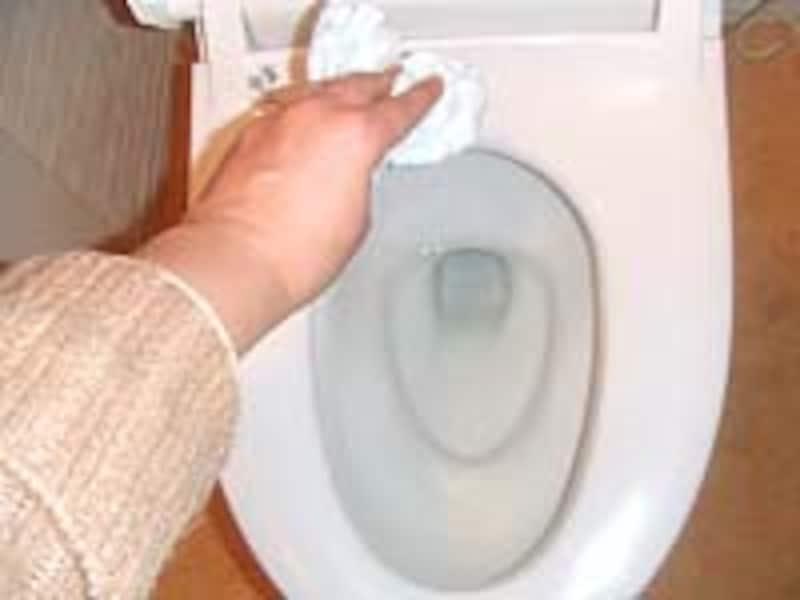トイレットペーパーで拭きます