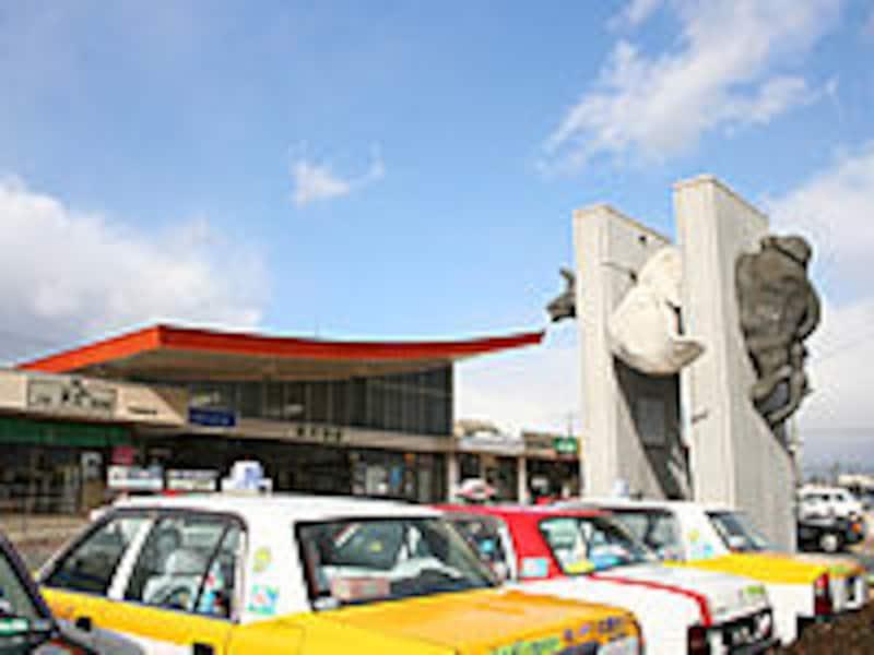 羽犬塚駅駅舎と羽犬像