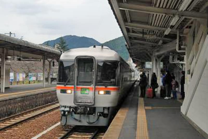 下呂駅に到着した「ひだ」号
