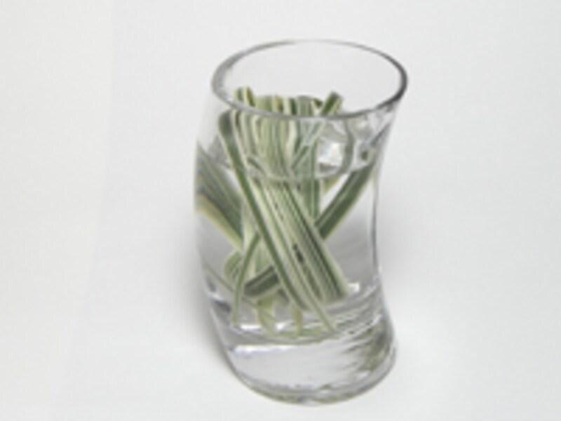 グラスに水を入れる