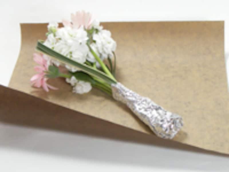 花束を斜めに置く