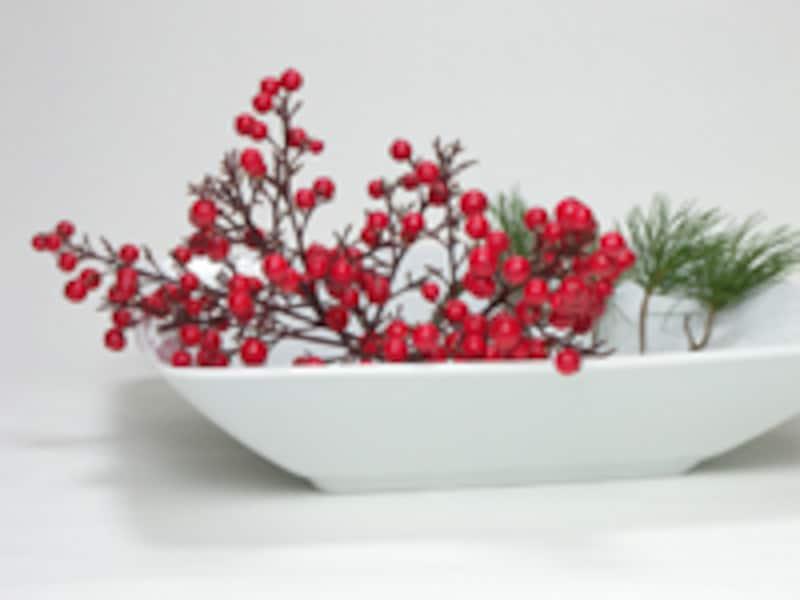 白い器に赤い実を活ける