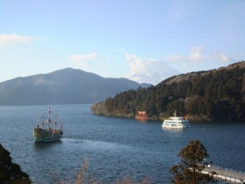 成川美術館の庭より、芦ノ湖の海賊船と富士山を眺める