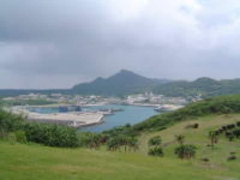 西崎から久部良の港を眺める