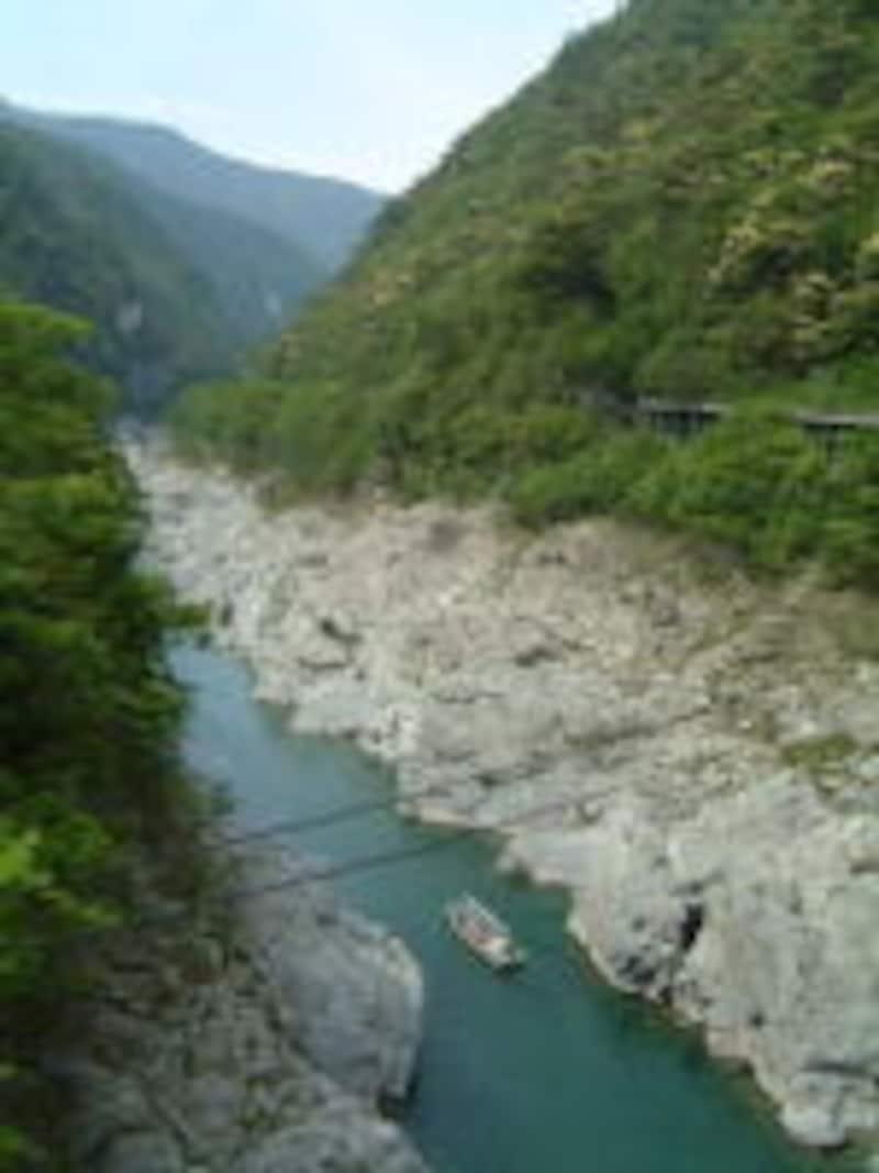 大歩危峡を行く川下りの遊覧船