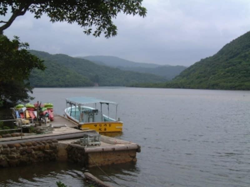 浦内川と秘境の滝へ誘うボート