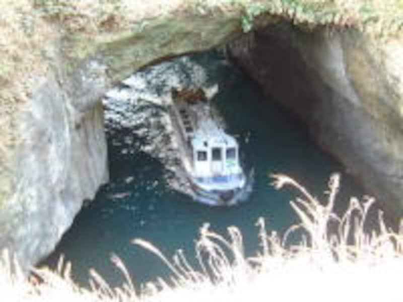 天窓洞に顔を出す洞窟めぐり遊覧船